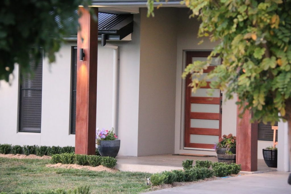 A timber entrance door welcomes you in with it's black finishes which complements the black feature light fittings.